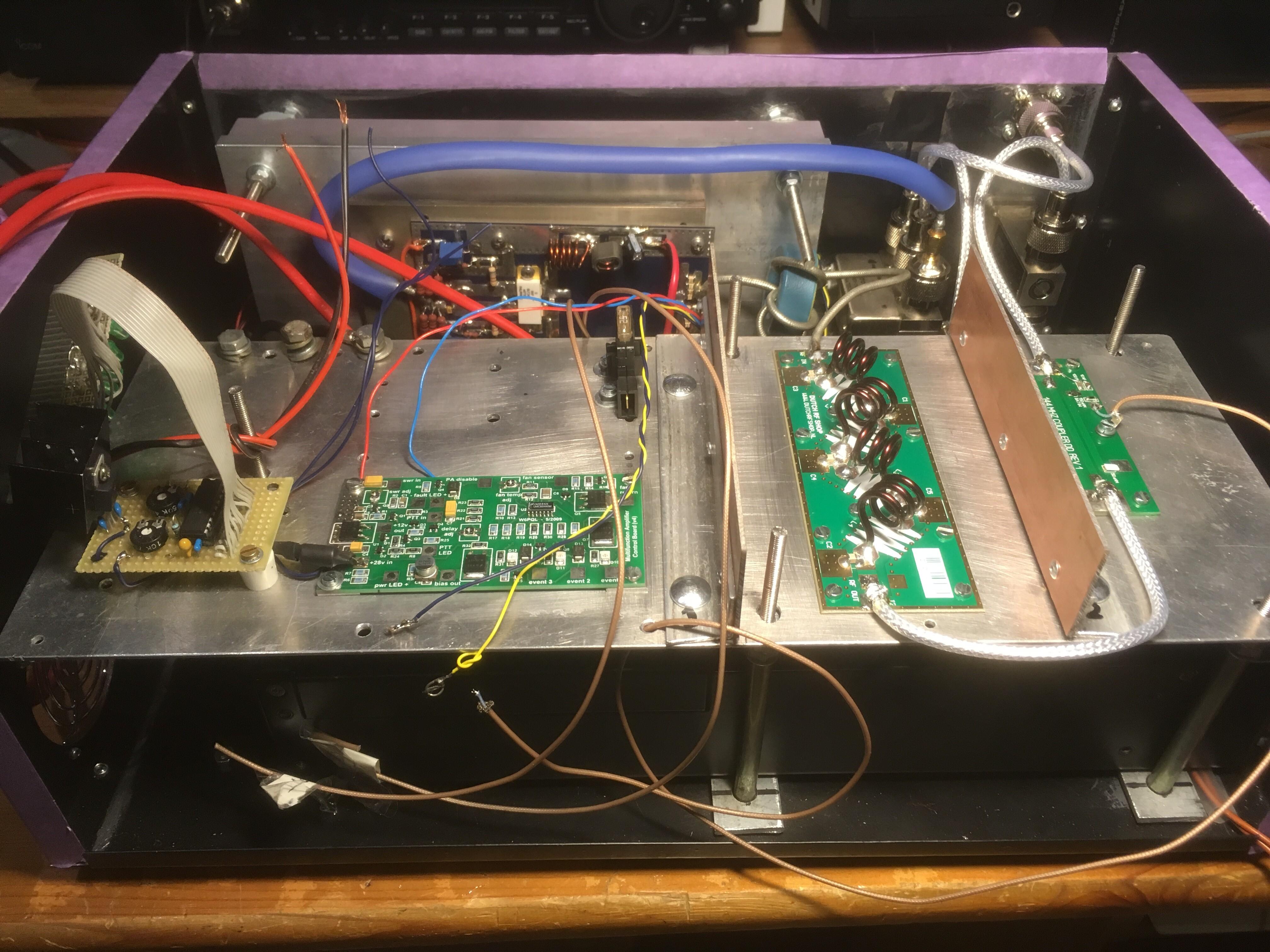 Powermeting LM3915, VK4DD BLF248 PA, W6PQL Solid-state Switch, Dutch RF Shop Low Pass Filter -60dB voor 144 – 146 MHz, VK4DD 144 – 146 MHz Coupler, W6PQF Multifunctional Amplifier Control Board en coaxrelais van PE1ORG